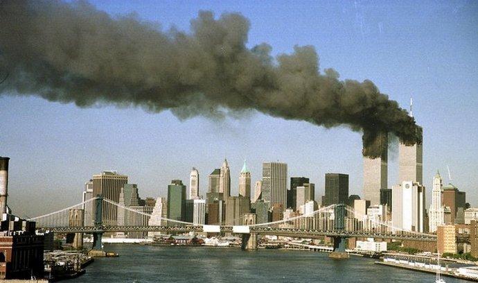 Snímek zachycuje panorama newyorských mrakodrapů těsně poté, co do druhé věže Světového obchodního centra narazilo letadlo pilotované teroristy.