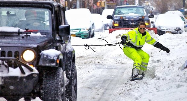 Borec hrotí ulice New Yorku na SNOWBOARDU!