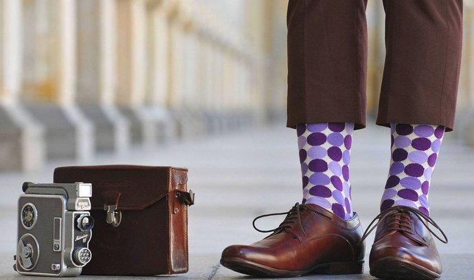Barevné ponožky jsou projevem osobitosti.