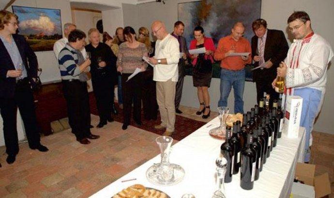 Someliér Marek Babisz (vpravo) představuje v pražské Galerii Alexandra Onishenka první české červené víno Bona Dea se zvýšeným obsahem resveratrolu
