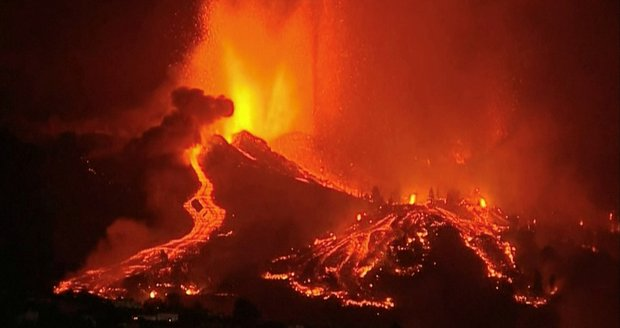 Ohnivé peklo na Kanárech: Sopka zničila 20 domů. Proudy lávy a 5 tisíc evakuovaných