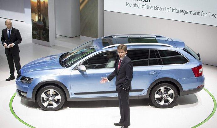 Společnost Škoda Auto představila na 84. mezinárodním autosalonu v Ženevě ve světové premiéře novinku Škoda Octavia Scout. Vpravo je člen představenstva za oblast technického vývoje Frank Welsch, vlevo šéf komunikace společnosti Škoda Auto Peik von Bestenbostel.
