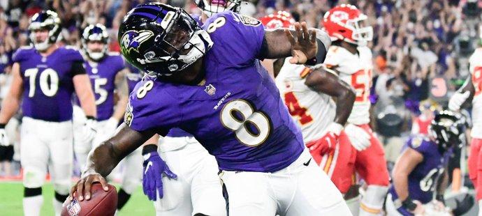 Lamar Jackson (8) se svými Baltimore Ravens ukončil prokletí porážek s Kansas City Chiefs vedenými Patrickem Mahomesem