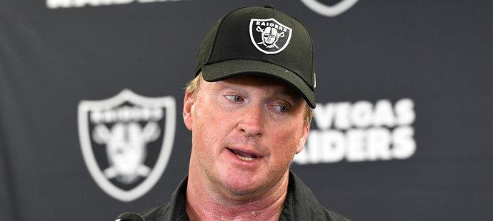 Slavný trenér amerického fotbalu Jon Gruden rezignoval z funkce kouče týmu Las Vegas Raiders poté, co vyšly najevo vulgární komentáře z jeho emailové korespondence