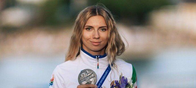 Kryscina Cimanouská dává cennou medaili do dražby
