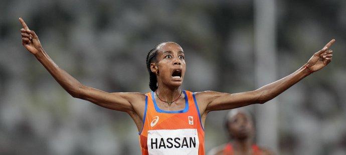 Sifan Hassanová se raduje z vítězství na olympijských hrách
