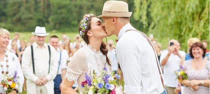 Bývalá překážkářka Denisa Rosolová a desetibojař Adam Sebastian Helcelet se vzali při romantickém obřadu v přírodě.