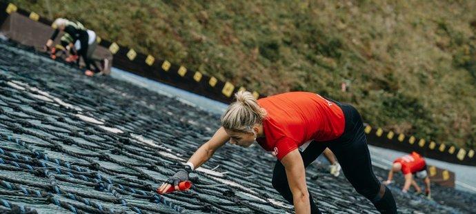 Oštěpařka Nikola Ogrodníková během běžeckého závodu Red Bull 400