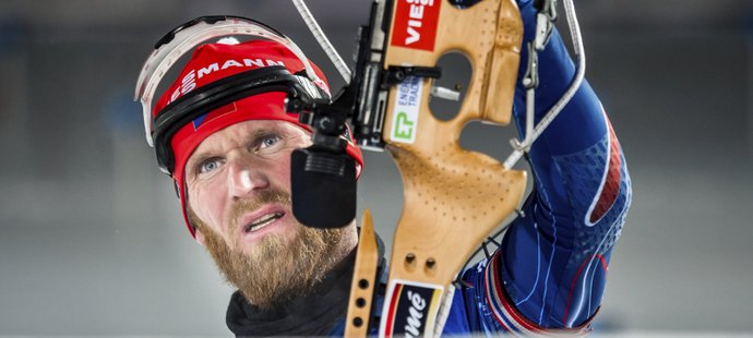 Michal Šlesingr zkoumá své rány v nástřelu před individuálním závodem na 20 km při SP v Östersundu