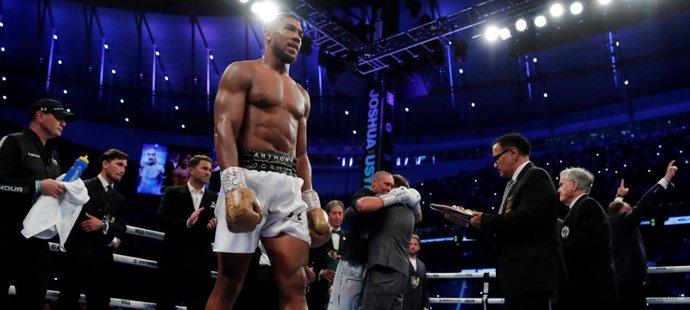 Boxerský král padl! Anthony Joshua prohrál s Oleksandrem Usykem na body