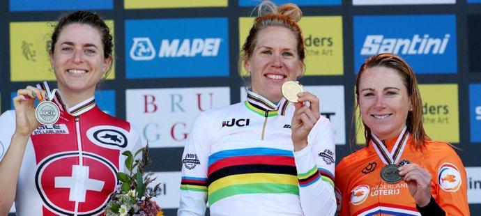 Medailistky z časovky na MS: zleva stříbrná Marlen Reusserová, zlatá Ellen van Dijková a bronzová Annemiek van Vleutenová