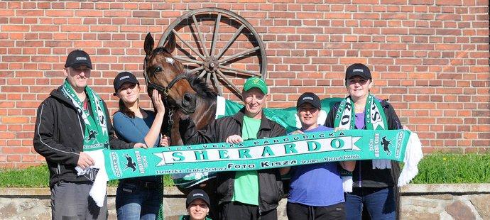 Kůň Sherardo od majitele Zenona Kiszi měl unikátní pletené fanouškovské šály už na Velkou pardubickou 2004 a 2005.
