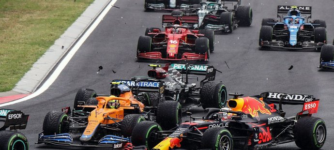 Závod ovlivnila nehoda hned v první zatáčce