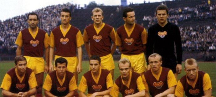 Miroslav Rödr (spodní řada vlevo) to dotáhl až do Dukly Praha