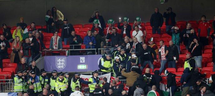 V úvodu utkání Anglie - Maďarsko musela zasahovat policie v sektoru hostujících fanoušků