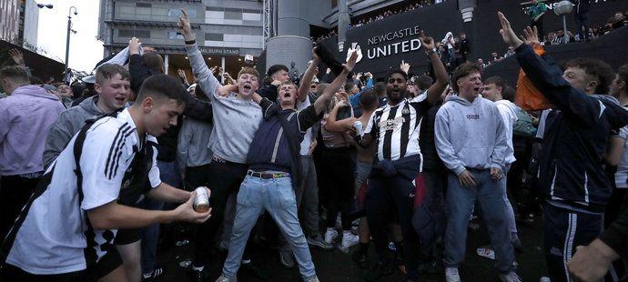 Fanoušci Newcastlu slavili příchod nových majitelů jako by získali titul