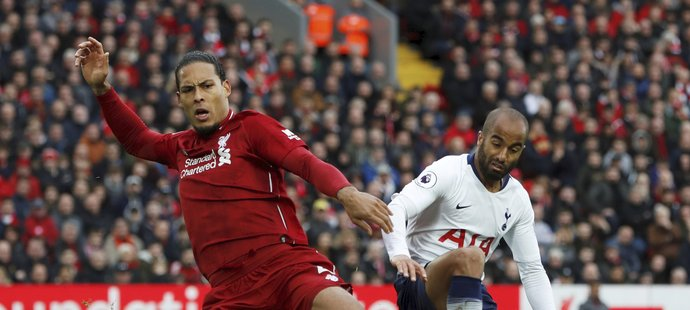 Tottenhamský Lucas Moura (vpravo) v souboji s Virgilem van Dijkem v anglické Premier League