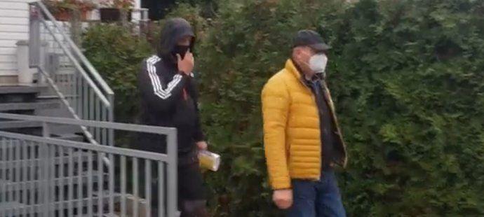 Takhle vypadalo dnešní zatýkání Romana Berbra, místopředseda FAČR ve žluté bundě (Zdroj: sport.cz)