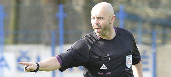 Přezdívku Řezník má fotbalový rozhodčí Zdeněk Vaňkát. Kontroverzní sudí pískal zápas třetí ligy mezi Kolínem a Viktorií Jirny.