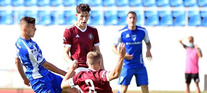 Denis Alijagič mezi dvěma sparťany zvyšuje na 2:0