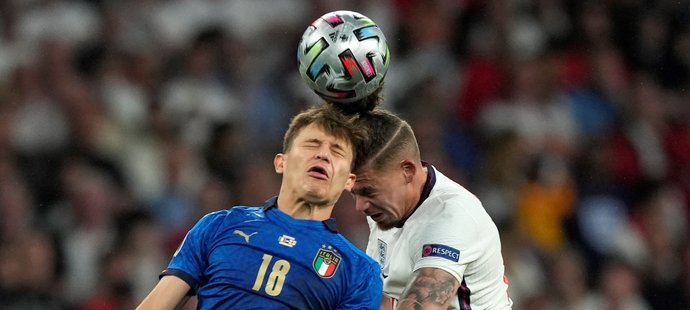 Ostrý hlavičkový souboj mezi italským Nicolo Barellou a Kalvinem Phillipsem v rámci finále EURO 2021 ve Wembley