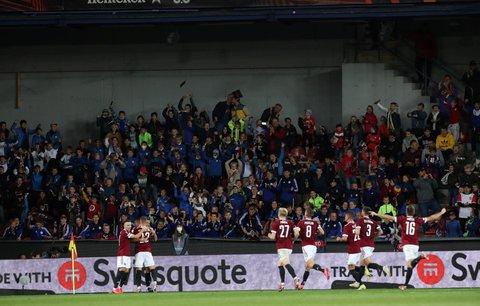 Fotbalisté Sparty oslavují gól Dávida Hancka proti Rangers v Evropské lize