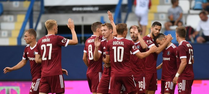 Radost sparťanských fotbalistů po brance Jakuba Peška proti Liberci