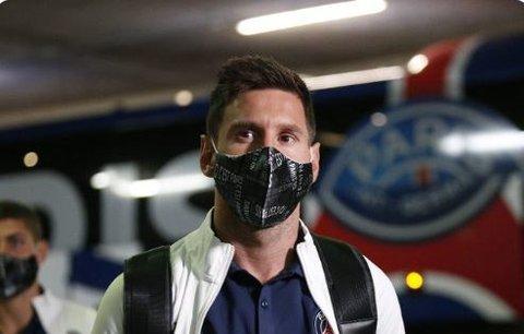Lionel Messi v útrobách stadionu před debutem ve francouzské lize