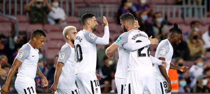 Fotbalisté Granady oslavují gól Domingose Duarteho proti Barceloně