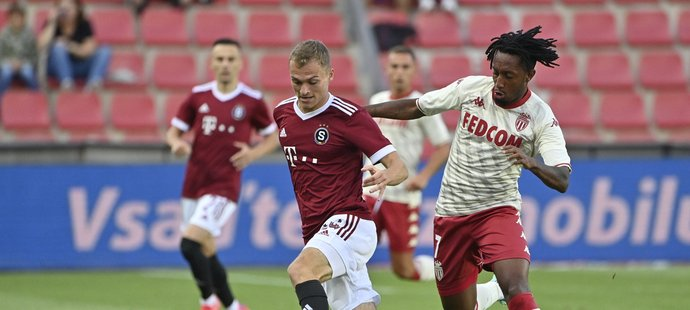 Gelson Martins se snaží připravit o míč Matěje Polidara