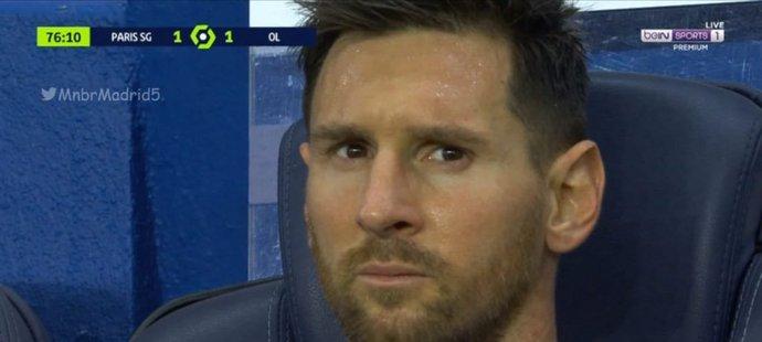 Argentinský útočník Lionel Messi poté, co ho trenér Mauricio Pochettino v utkání s Lyonem předčasně stáhl z trávníku