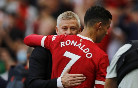 Cristiano Ronaldo v objetí s koučem Ole Gunnarem Solskjaerem