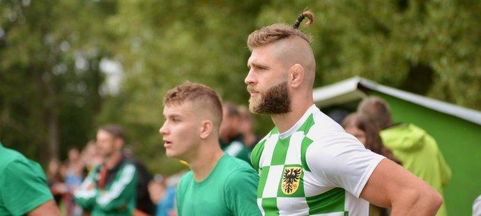 Jiří Procházka si zahrál fotbal s kamarády za Hostěradice