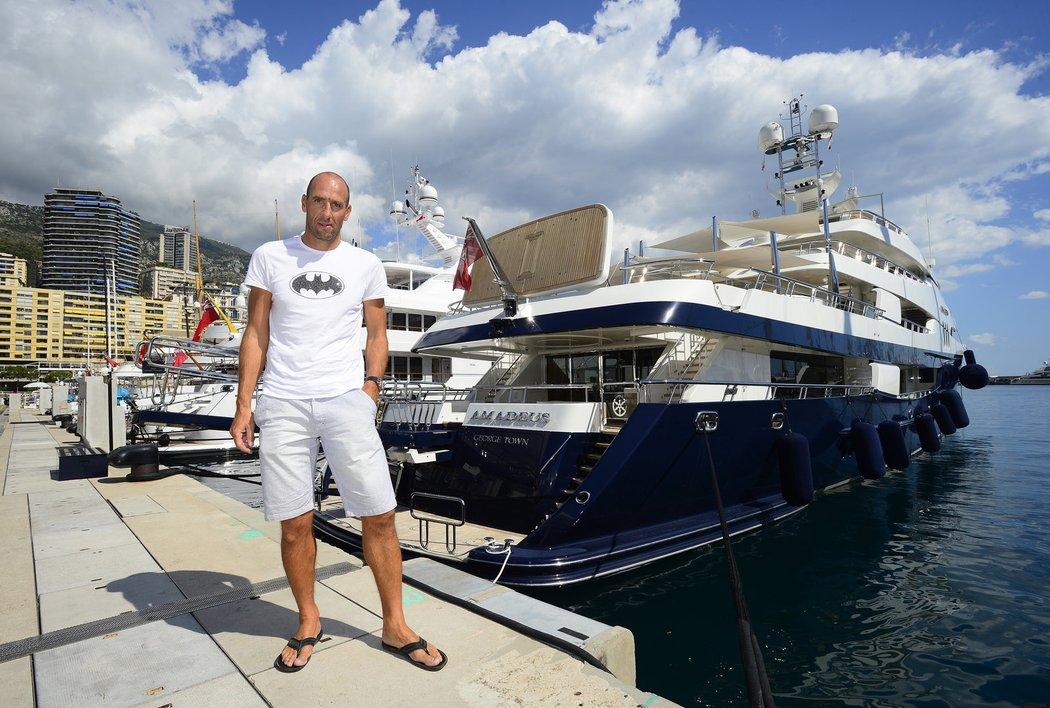 Jan Koller pózuje před jachtou 10. nejbohatšího muže světa Bernarda Arnaulta, sám prý má jen nafukovací matračku