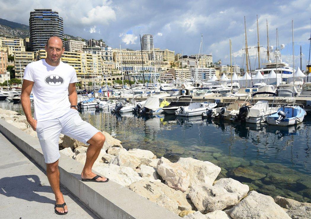 Legendární střelec Jan Koller pózuje fotografovi Blesku ve vyhlášeném monackém přístavu