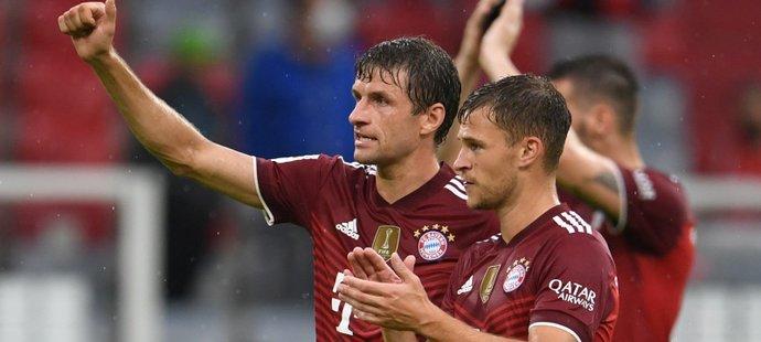 Thomas Müller s Joshuou Kimmichem děkují fanouškům po výhře Bayernu