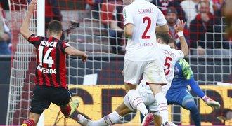 Schick má osmý gól, Bayer ale přišel o náskok. Wolfsburg vyhodil kouče