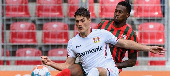 Český útočník Leverkusenu Patrik Schick během utkání proti Augsburgu