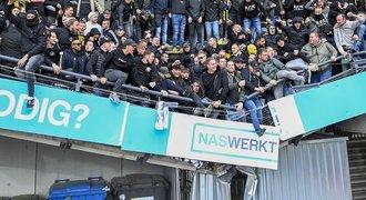 Kdo neskáče a pak... Pod fanoušky se v Nizozemsku zřítila tribuna