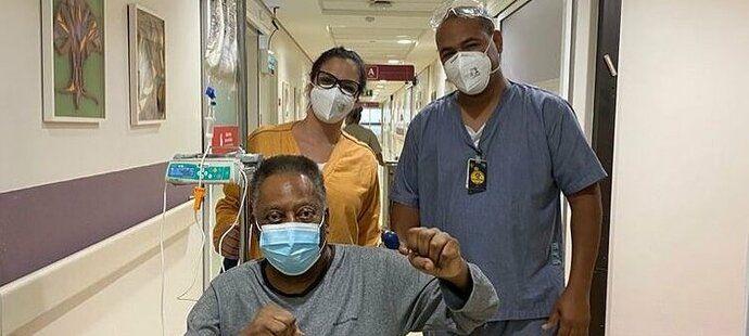 Pelé na instagramu potěšil fanoušky zprávou o zlepšujícím se zdravotním stavu