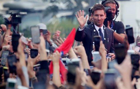 Lionel Messi se po první tiskové konferenci coby hráč PSG šel před stadion přivítat s nadšenými fanoušky