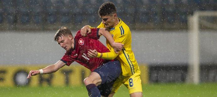 Pavel Šulc se snaží udržet míč před Ismetem Lushakuem z Kosova