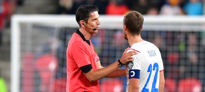 Sudí Aytekin uklidňuje Tomáše Součka v zápase s Walesem