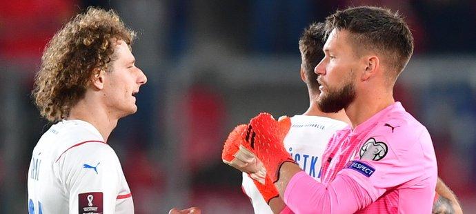 Brankář Tomáš Vaclík se hecuje s Alexem Králem před duelem proti Walesu