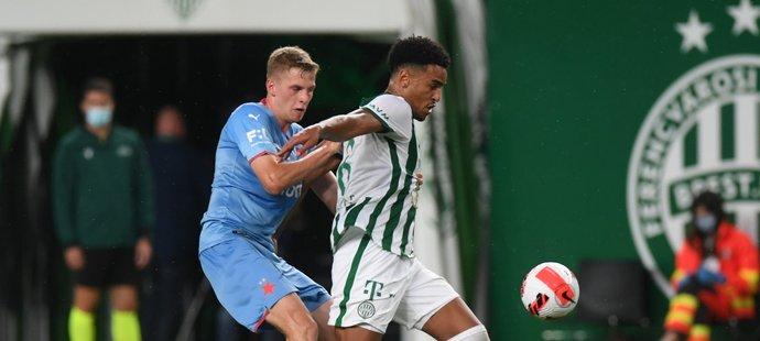 Slávistický stoper David Zima se snaží zastavit protihráče v duelu s Ferencvárosem