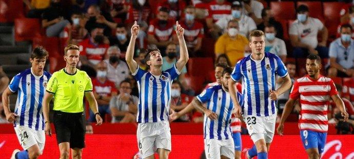 Fotbalisté Realu Sociedad slaví vstřelenou branku do sítě Granady