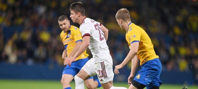 Sparťanský útočník Adam Hložek se snaží utéct obráncům Kodaně v utkání Evropské ligy
