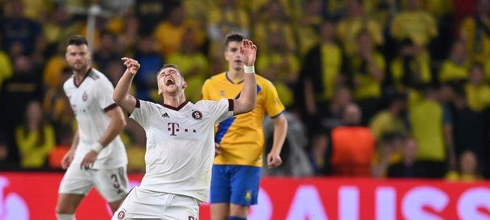 Sparťanský obránce Tomáš Wiesner padá v utkání Evropské ligy proti Kodani