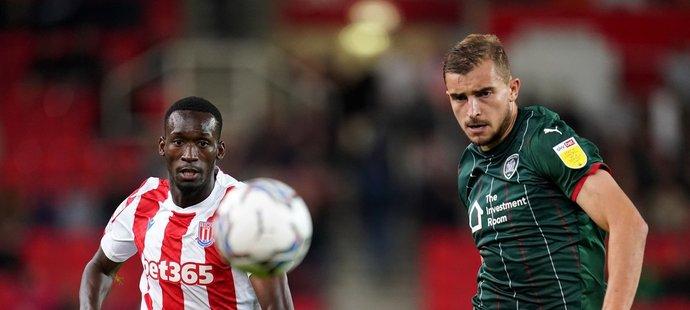 Abdallah Sima (vlevo) při premiéře za Stoke City