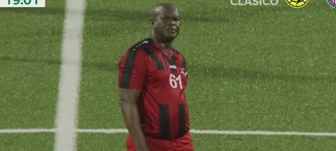 Surinamský viceprezident Ronnie Brunswijk nastoupil za klub, jehož je majitelem i předsedou